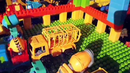 37工程车挖掘机表演挖沙作业!水泥搅拌车、推土机搭建积木桥过河挖掘机工程车挖土工作视频