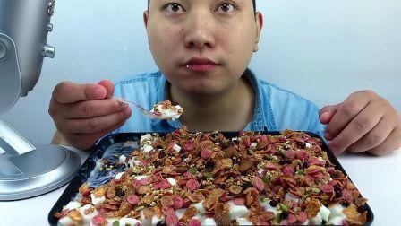 吃冰达人!吃酸奶布丁,加浆果淡果仁及黑加仑,听脆脆沙沙的声音!