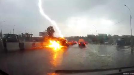 小车高速路上遭雷劈中2次 后车司机目睹瞬间眼前空白