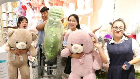 老师带学生去超市买毛绒玩具,没想学生选的一个比一个贵,太逗了