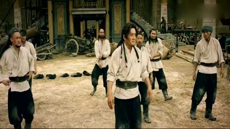 天将雄师:成龙带领兄弟们练功,引来众多人的围观和尖叫,太酷了