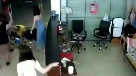 小伙与足浴店女子发生争执,下一秒被五名美女围殴