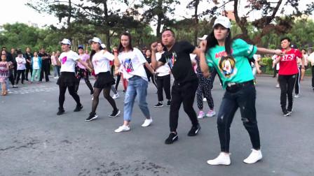 广场舞《东北汉子》音乐节奏欢快,舞步简单大方,一起跳起来吧