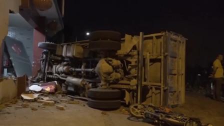 痛心!江苏一货车路口侧翻 电瓶车骑手被埋压当场不幸身亡