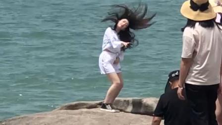 偶然拍到海边的小姐姐跳舞,有人认识吗?我不太会配音乐……