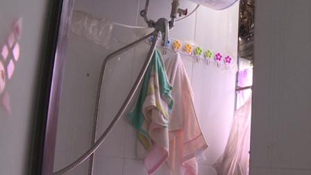 头皮发麻!两女生公寓里洗澡 窗外伸进来一只手和手机