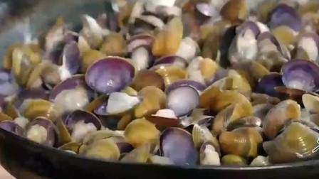 """本地人海鲜奇特吃法""""卜卜蚬""""食物在锅里来回跳动发出卜卜声。"""