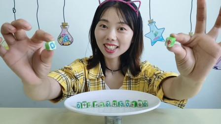 """美食拆箱:妹子吃趣味""""麻将糖"""",造型逼真,边吃边玩真开心"""