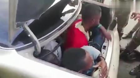 海关警察感觉轿车不对劲,拦下后竟从车里爬出50个人,不敢相信!