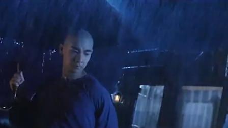小伙仗着人多就耀武扬威,不料碰上了黄飞鸿,真是关公面前耍大刀
