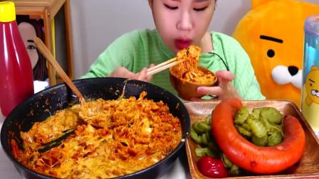 大胃王吃播:美女吃泡菜奶油包饭、香肠,大口大口地吃,真过瘾!