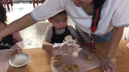 祝大家中秋节快乐!参加幼儿园亲子活动妈妈教宝贝学做月饼