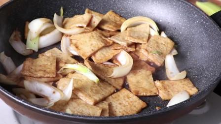 《韩国农村美食》洋葱炒鱼饼,放入酱油焖一下,美味