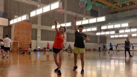 41岁小s打羽毛球身材纤细 穿运动短裤大秀美腿状态好