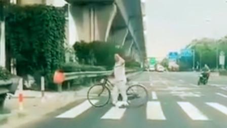 """【重庆】大妈斑马线上走""""正步"""" 还向等红绿灯车辆敬礼"""