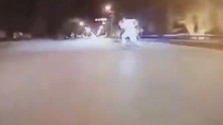 【重庆】男童冲上马路捡皮球 被轿车撞倒全身多处骨折
