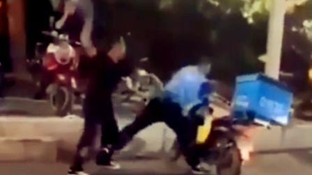 【重庆】外卖小哥与一司机发生口角 两人停车大打出手