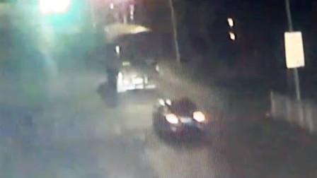 【重庆】小车抢黄灯追尾货车 挡风玻璃破碎两人受伤