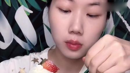 美女小姐姐吃草莓奶油蛋糕,素颜的她也这么好看,真的爱了