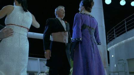《幽灵船》:最经典的恐怖片电影开头,一群人在游轮上跳舞,结果一根钢丝划过