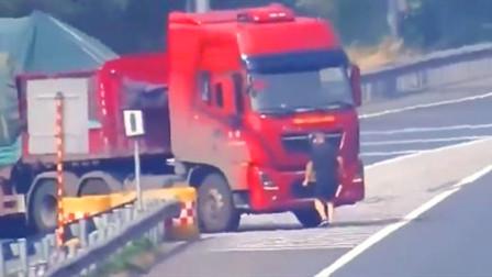 【湘潭】半挂车高速上倒车 为躲监控男子遮挡车牌