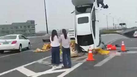"""杂技表演?浙江杭浦高速路汽车90度""""倒栽葱"""",咋飞上去的成了谜"""