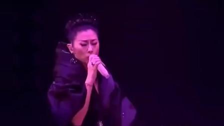 近60岁的叶倩文演唱会,一首成名曲《曾经心疼》,和当年一样好听