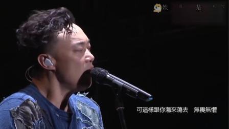陈奕迅唱幸福摩天轮,演唱会现场就在摩天轮下面,好应景