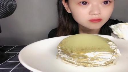 吃播大胃王:小姐姐太任性了,端起千层蛋糕这样往嘴里塞,真的不怕胖吗