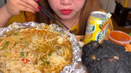 第一次吃这个黑炸鸡。感觉不美味,还是觉得黄色的好吃