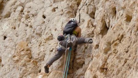 恐高慎入!徒手攀爬垂直岩石,每一米玩的都是心跳