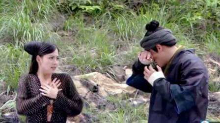 古装剧:姑娘在河边戏水,不料河边突然出现个小伙,接下来尴尬了
