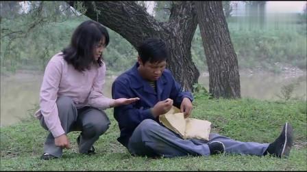 樱桃:女孩把葛望推倒,想吃他的炉果,葛望很无奈只好给她吃了!