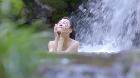 古装剧:小哥在瀑布上洗澡,突然听到有歌声,过去一看却兴奋了!