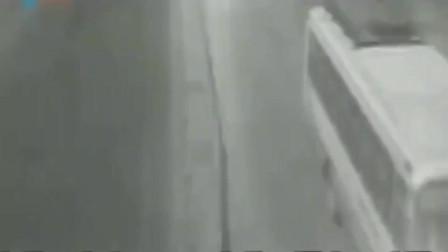 监控实拍惨烈车祸,这一幕幕都是血的教训,行车需谨慎!