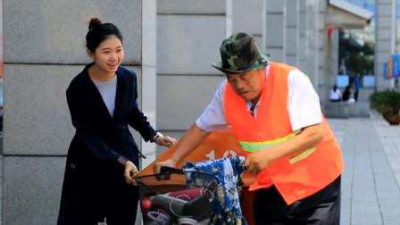 清洁工捡到奇怪的袋子,打开后,发现有贵重的东西