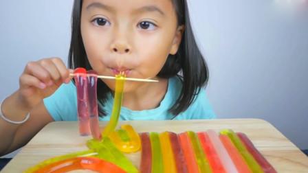 小女孩吃网红水果果冻,吸溜吸溜着,听得好过瘾!