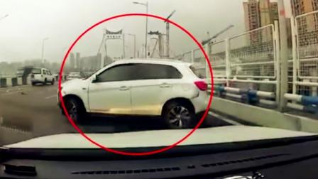【重庆】两车开斗气车酿事故 一车被追尾撞上大桥护栏
