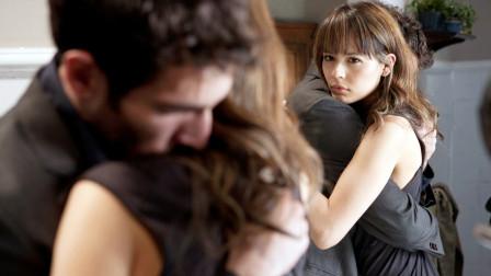 女孩试探丈夫玩失踪,误把自己锁在镜子中,不知情的丈夫放飞自我,几分钟看完悬疑电影《黑暗面》!