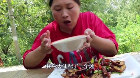 胖妹终于对它下手了,高蛋白炸虫子嘣嘎脆,你想吃一个吗