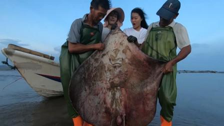 """赶海姐妹花发现""""深海巨鱼"""",两个人扛不动,摔了一个大跟头"""
