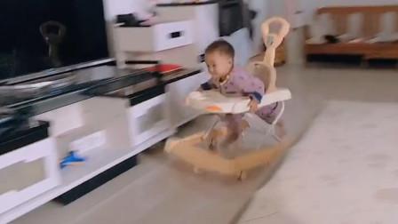 看看我侄子 这哪是滑学步车呢 这是要练起飞呀