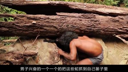 男子野外徒手抓蛇,15条蛇竟被他1分钟吃掉,让人不敢相信