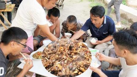 45斤山羊一锅炖,配上10几条稻花鱼,20几个人吃,个个狼吐虎咽!