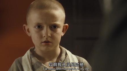 穿条纹睡衣的男孩:小光头偷吃东西,被长官训斥,吓得目瞪口呆
