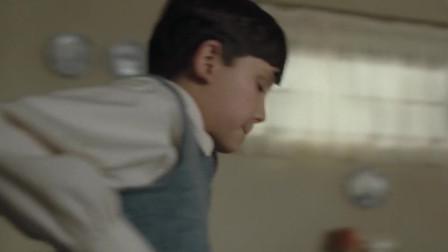 穿条纹睡衣的男孩:人小鬼大,男孩拿着铁锹,换上睡衣准备进去看看