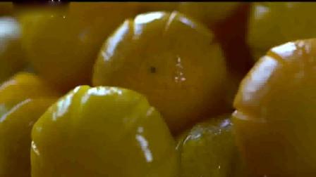 川味2:选果去皮并刻花,水煮杀青去涩,然后师傅拿出看家本领。