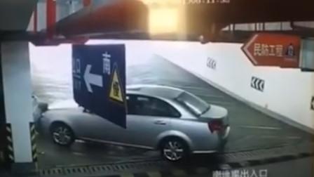 男子站停车场玩手机 被私家车猛撞到墙壁后被挤身亡