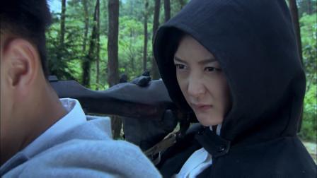 女鬼子狙击手枪法很准,跟小伙子巅峰对决,可惜还是被击了