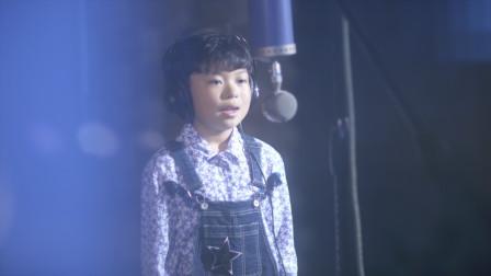 小男孩唱着《蝴蝶泉边》用歌声去画童年的美好!